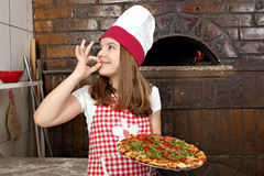 Pizza della tenuta della bambina Immagine Stock