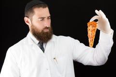 Pizza della tenuta di medico Immagini Stock
