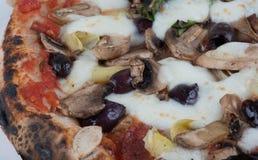 Pizza delle olive e dei funghi dei carciofi infornata legno immagine stock libera da diritti