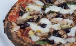 Pizza delle olive e dei funghi dei carciofi infornata legno Fotografia Stock Libera da Diritti