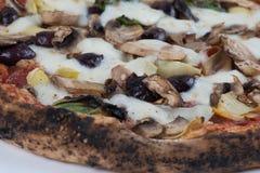 Pizza delle olive e dei funghi dei carciofi infornata legno Immagine Stock