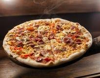 Pizza in der Hand stockfoto