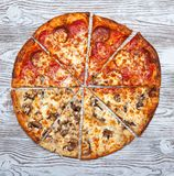Pizza deux dans une, champignon végétarien et viande photo stock