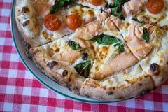 Pizza di color salmone fresca Immagini Stock Libere da Diritti