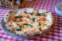 Pizza di color salmone fresca Fotografie Stock
