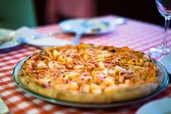 Pizza di color salmone fresca Fotografia Stock