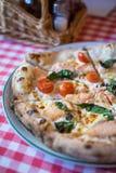 Pizza di color salmone fresca Immagine Stock