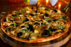 Pizza di formaggio del pollo del BBQ fotografia stock libera da diritti