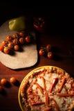 Pizza di formaggio deliziosa della mozzarella con le fette del pepe Fotografia Stock Libera da Diritti