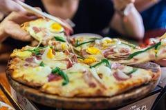 Pizza di formaggio dell'uovo sodo che selezionano le fette con l'allungamento del formaggio al ristorante nel PA del Sa, Vietnam Fotografia Stock Libera da Diritti