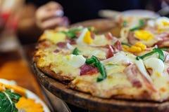 Pizza di formaggio dell'uovo sodo che selezionano le fette con l'allungamento del formaggio al ristorante nel PA del Sa, Vietnam Fotografie Stock Libere da Diritti