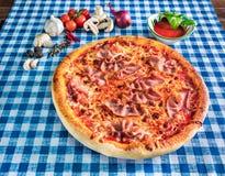pizza di formaggio e del bacon fotografia stock libera da diritti