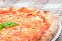 Pizza di Margherita con basilico Fotografia Stock Libera da Diritti