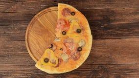 Pizza di merguez casalinga calda pronta da mangiare stock footage
