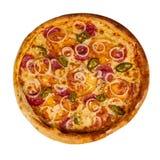 Pizza di merguez con i peperoncini del jalapeno e del prosciutto sulla vecchia tavola di legno Fondo isolato fotografie stock