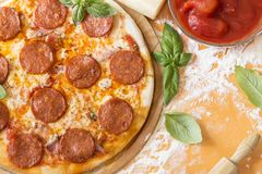 Pizza di merguez immagine stock