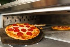Pizza di merguez con il forno fotografia stock libera da diritti