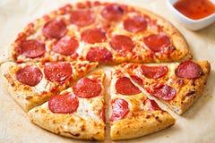 Pizza di merguez con la immersione dei peperoncini rossi Immagine Stock Libera da Diritti