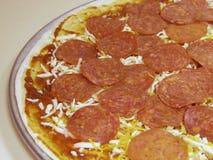 Pizza di merguez cruda Fotografia Stock Libera da Diritti