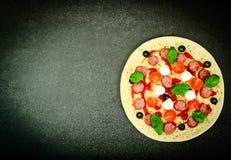Pizza di merguez cruda con la salsiccia, formaggio, mozzarella, olive e Immagine Stock Libera da Diritti