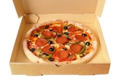 Pizza di merguez di recente al forno in una scatola di consegna Immagini Stock Libere da Diritti