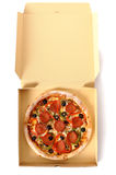 Pizza di merguez di recente al forno in una scatola di consegna Fotografia Stock