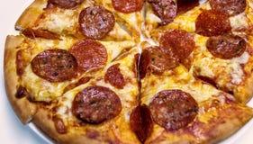 Pizza di merguez di tradizione con salame Immagine Stock