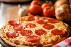 Pizza di merguez fresca fotografie stock