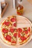 Pizza di merguez fresca nella luce del giorno nel caffè Fotografie Stock Libere da Diritti