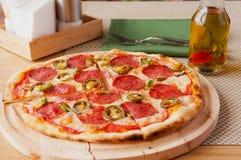 Pizza di merguez fresca nella luce del giorno nel caffè Fotografia Stock