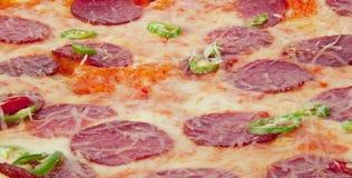 Pizza di merguez piccante con i peperoncini rossi verdi Immagine Stock