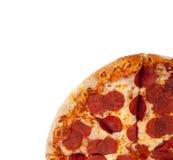 Pizza di merguez su bianco fotografia stock libera da diritti
