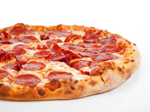 Pizza di merguez su una priorità bassa bianca Immagine Stock