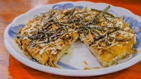Pizza di Okonomiyaki dei frutti di mare immagini stock