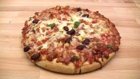 Pizza di taglio Fotografie Stock