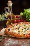 Pizza di verdure sulla tavola Immagini Stock