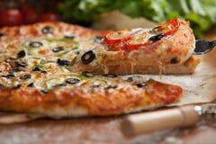 Pizza di verdure sulla tavola Fotografia Stock Libera da Diritti