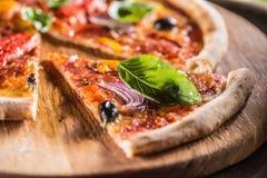 Pizza diavolo traditionelle italienische Mahlzeit von würzigem Salami peperon stockfotografie