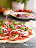 Pizza die Detail maakt Royalty-vrije Stock Afbeeldingen