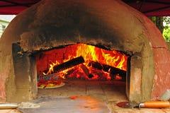 Pizza, die in einem Ofen kocht Lizenzfreies Stockbild