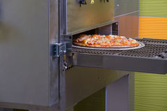 Pizza die, Italiaanse pizza, gebakken ingrediënten, op smaak gebracht heet maken Royalty-vrije Stock Foto