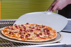 Pizza die, Italiaanse pizza, gebakken ingrediënten, op smaak gebracht heet maken Stock Foto's