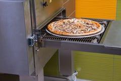 Pizza die, Italiaanse pizza, gebakken ingrediënten, op smaak gebracht heet maken Stock Afbeeldingen
