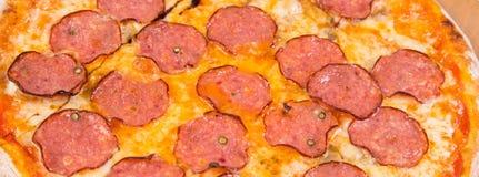 Pizza die op wit wordt geïsoleerde Stock Foto's