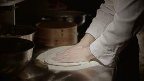 Pizza, die Teig zubereitet stock footage