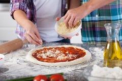 Pizza die thuis voorbereidingen treffen Royalty-vrije Stock Foto's