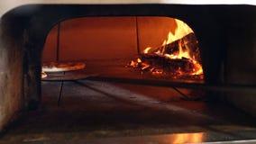 Pizza die in traditionele houten brandende pizza-brood restaurantoven worden gebakken De maker kokende pizza van de chef-kokpizza stock footage