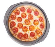 Pizza in dienblad stock foto