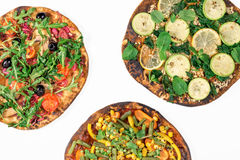 Pizza differente del vegano su un fondo bianco Immagini Stock