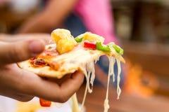 Pizza a disposición Imágenes de archivo libres de regalías